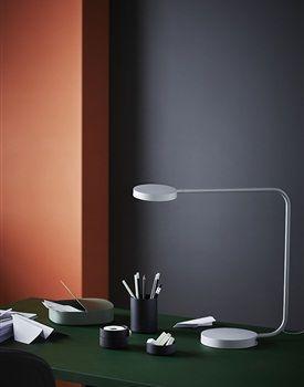 Het Deense ontwerpersduo HAY, dat bekend staat om hun eenvoudige, functionele en esthetische producten lanceert een nieuwe collectie in samenwerking met Ikea. De YPPERLIG collectie zit vol tijdloze basics die zijn aangepast aan de moderne wensen en behoeften. Naast de meubels heeft ook de iconische blauwe Ikea tas een metamorfose gekregen.