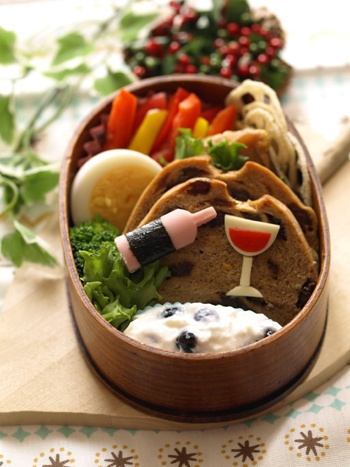 Raisin Bread with Wine Bento Lunch (Fish Sausage, Nori, Cheese, Sweet Paprika) © みほちん