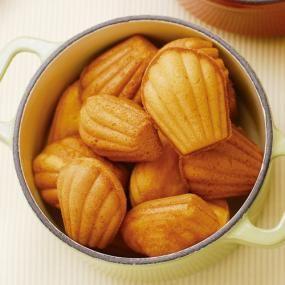 Vitantonioで作る、ジンジャーマドレーヌのレシピです。風邪をひきそうな時は、ジンジャーマドレーヌで心も体もぽかぽか暖まりましょう。  くしゃみをしている誰かさんにも元気のおすそ分け。