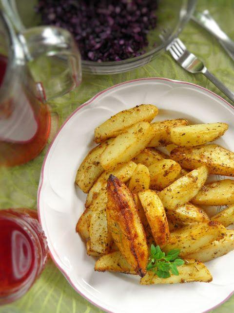 Uczciliśmy dzisiejszy dzień obiadem trochę bardziej kalorycznym, za to przepysznym, bo upiekłam młode ziemniaki: w chrupiącej skórce, mięciu...