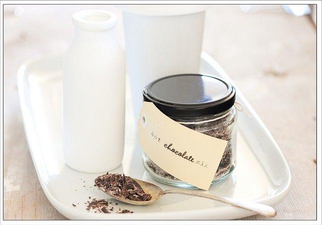 Siete alla ricerca di idee per un regalo fatto a mano, commestibile e personalizzato? Ecco 3 ricette per regali homemade in barattolo per le feste.