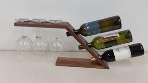 Se trata de un rack de 3 botellas de vino con un soporte de vidrio de vino 3. Vienen hechas de nogal o de bambú y tienen un acabado satinado transparente.