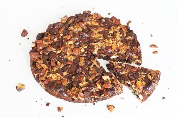 Nøddetærte med chokolade uden mel, sukker og smør. Server med en kugle vanilleis.