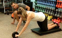 Luana Piovani aprende os exercícios que mais trabalham a região da cintura.