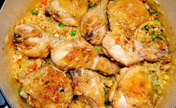 Esta vez tengo una receta increíble de arroz español con pollo. El pollo y el arroz con azafrán se cocinan juntos, con algunas aceitunas verdes y tomates p