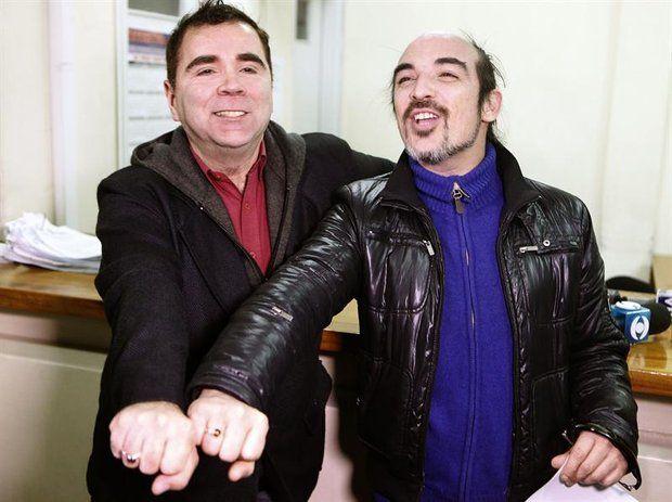 El registro civil anotó este lunes por primera vez en su historia el casamiento de una pareja homosexual, luego de que en abril el país se convirtiera en el segundo en Latinoamérica en legalizar el matrimonio gay.