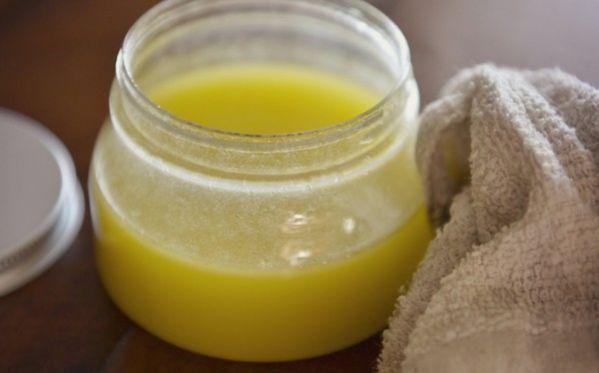 Nettoyant meuble en bois fait maison :1. Dans un bocal, mettez 1 dose de vinaigre blanc pour 3 doses d'huile d'olive. 2. Refermez bien et secouez avant chaque utilisation. 3. Appliquez sur le bois avec un chiffon propre ou un chiffon microfibre