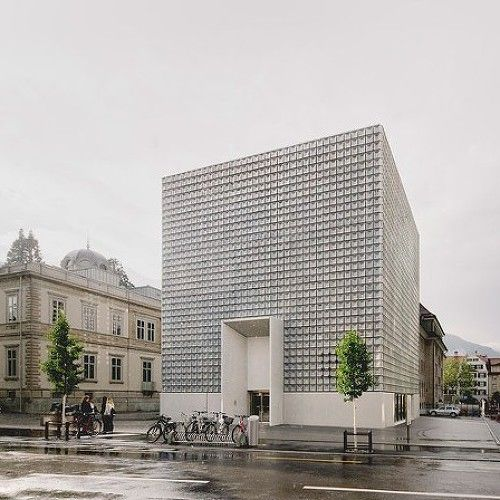 "B5 Boulogne 프로젝트는 파리근교 Seguin Rives de Seine라고 불리는 도시개발지구의 일부이다. 이 지역은 예전엔 기념비적인 프랑스 국영 자동차인 르노 공장의 고향과 같은 곳이었다. 공장의 비편재화 결과로 74 핵타르에 달하는 지표면은 이미 구조물이 철거된 상태이다. ""Macrolot B5""라는 이름으로 새롭게 재 탄생될 이곳은 7개의 좀 더 작은 블럭으로 쪼재짐으로써 커다란 도시 정원 사이에 조성될 예정이다. 7명의 건.."