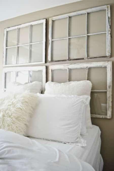 Vieille fenêtre transformée en tête de lit