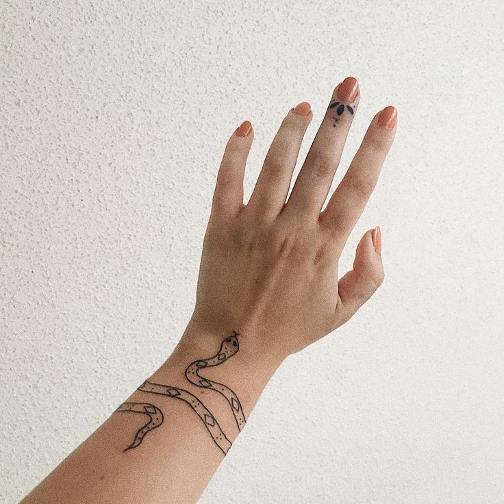 Tatuaje De Muneca De Serpiente Y Tatuaje De Dedo Pequeno Hecho Por Jess En Impulse Ink En Hudson Small Finger Tattoos Snake Bracelet Tattoo Small Snake Tattoo