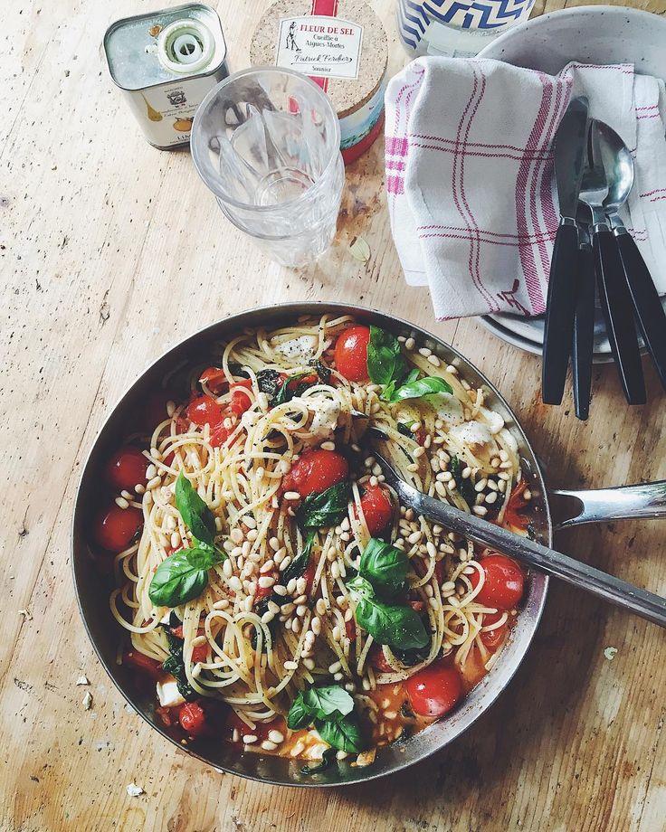 Saknar Italien redan tydligen! 🇮🇹  Spagetti med körsbärstomater, babyspenat, vitlök, chili, buffelmozzarella, pinjenötter och basilika. 🍝❤️