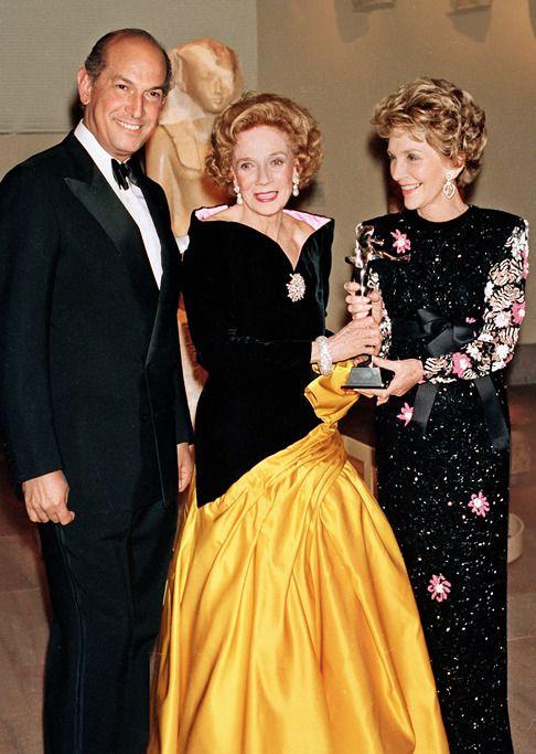 Нэнси Рейган и Оскар де ла Рента вручают Брук Астор награду Совета американских дизайнеров, 1988
