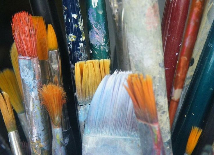Toma nota de unos trucos que te damos para eliminar los restos de pintura de brochas y rodillos.