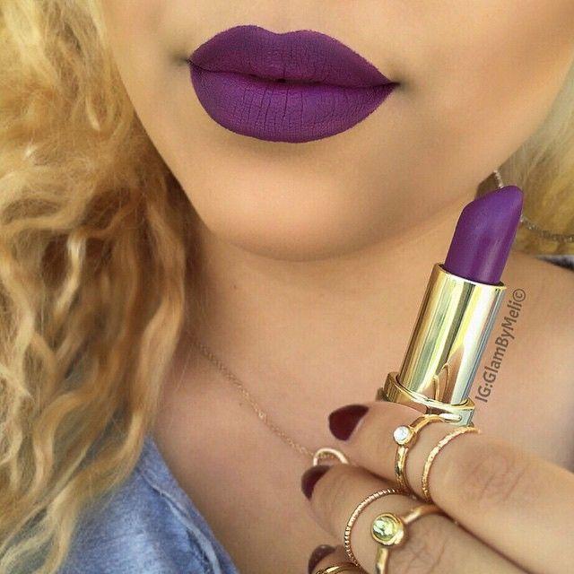 Hola ! Este tono de labial es bien de invierno es como un tono : borravino o un color uva . Es de la marca : Milani y es mate. Los amo , enterate de todo siguiendome en mi pin : loca por el maquillaje .