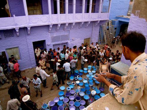 """""""Let's Colour Project. Che i colori vivano"""" è un progetto per colorare scuole, case, cortili, garage, palestre, muri e far si che il colore scacci il grigio dalle città. un'iniziativa sponsorizzata l'azienda di vernici Dulux (e da altre società) a cui hanno partecipato persone e città di tutto il mondo.  #Partecipazione su @marraiafura"""