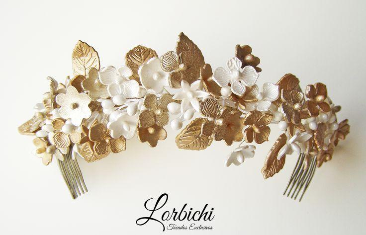 Media tiara de delicadas flores de porcelana en nácar y dorado champán…