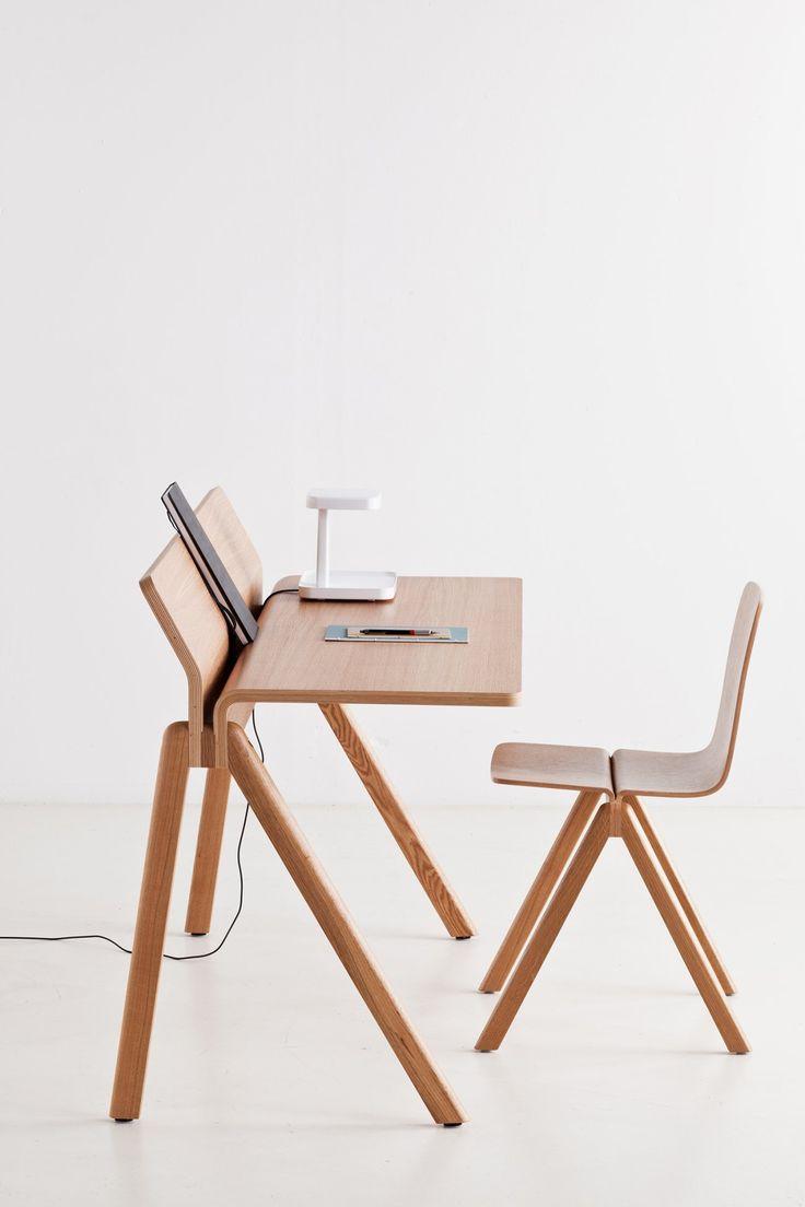 CPH190, skrivbord ur kollektionen Copenhague från HAY. Bordets underrede är tillverkat av massiv ek och den unika bordsskivan är tillverkad av plywood och ekfanér. Välj mellan tre olika ytbehandlingar.Copenhague är en serie möbler formgivna av designduon Ronan och Erwan Bouroullec för danska HAY avsedda för Köpenhamns nyligen renoverade universtitet. Utgångspunkten för denna kollektion är stolen Copenhague som är baserad på en gammal universitetsstol, som i sin tur är inspirerad av…
