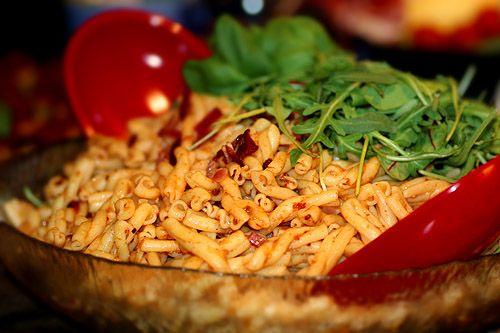 Italiensk pastasallad med röd pesto och soltorkade tomater –