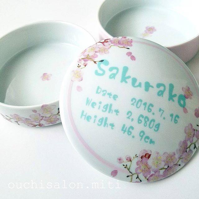 【miti.sachi】さんのInstagramをピンしています。 《My work☆  大好きな先輩の出産祝いに、お重をプレゼント!! 桜が大好きな先輩が名付けた、桜子ちゃんという名前にちなんで、桜柄のお重に!! お食い初めやお誕生日に使ってもらえるとのこと♡ いっぱい食べて、すくすく大きくなってね~(^^)/ . #出産祝い #出産祝いプレゼント #お重 #名入れ #名前入り #キッズプレート #記念プレート #桜 #お食い初め #誕生日パーティー . . 🌸・・・🌸・・・🌸・・・🌸・・・🌸・・・🌸・・・🌸 . . #ポーセラーツ #porcelarts #ポーセリンアート #porcelainart #ポーセラーツ川崎 #溝の口 #武蔵新城 #ハンドメイド #handmade #食器 #雑貨 #友達へのプレゼント #ウェディングギフト #プレゼント #ブライダルギフト #両親へのプレゼント #特別な贈り物 #世界にたった一つの贈り物》