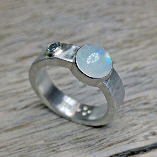 **Ein Ring mit 2 Steinen... ? Klar! - Warum nicht? ;-)**   Ein massiv geschmiedeter Ring mit einem großen Regenbogenmondstein und einem kleinen Aquamarin. Der Hammerschlag ist deutlich sichtbar...