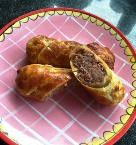 Dit is bijna te makkelijk om een recept te noemen, maar daarom niet minder lekker! Een heerlijke variatie op de saucijzenbroodjes die je bij de bakker koopt. Benodigdheden: - 4 vleesworsten - 4 bladerdeeg vellen - bakpapier - vershoudfolie Bereiding: Ontdooi de vlees worst. Verwijder het velletje van de vlees worst. Rol vervolgens de vleesworst…