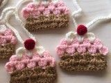 Guirnalda de coloridos cupcakes tejidos a crochet, ideal para decorar el cuarto de una nena.   La guirnalda mide 1.30 m e incluye 5 cupcakes.  Este product...