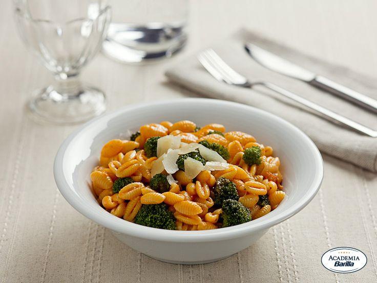 Gnocchetti sardi con Pesto Rosso, Broccoletti e scaglie di Pecorino