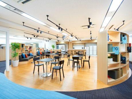 円形の本棚に囲まれたシェアスペース「ワークショップスタジオ&CAFE」