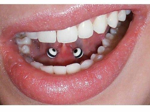 Piercing del frenillo de la lengua, discreto e interesante