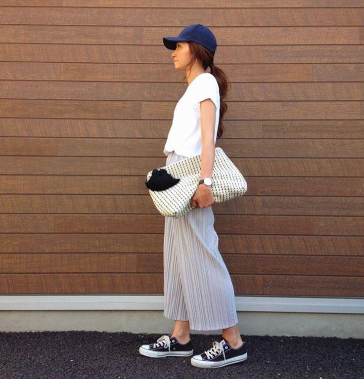 プリーツのパンツが履きたかった#今日の服 ♡ スカートに見えるけどパンツだよ♡ 楽天で見つけた#プチプラ 今流行りの#スカーチョ ってやつですかね。 #履いてる本人わかってない キャップ #ropepicnic Tシャツ #gu パンツ #cocounsecret @cocounsecret 靴 #converse バッグ #zara #coodinate #fashion #ootd #outfit #mama#ママスタ春コーデ #ママコーデ#今日のコーデ#キャップ#クラッチ#ザラ#楽天#プリーツ#カジュアル#今日の夜フリマ出します