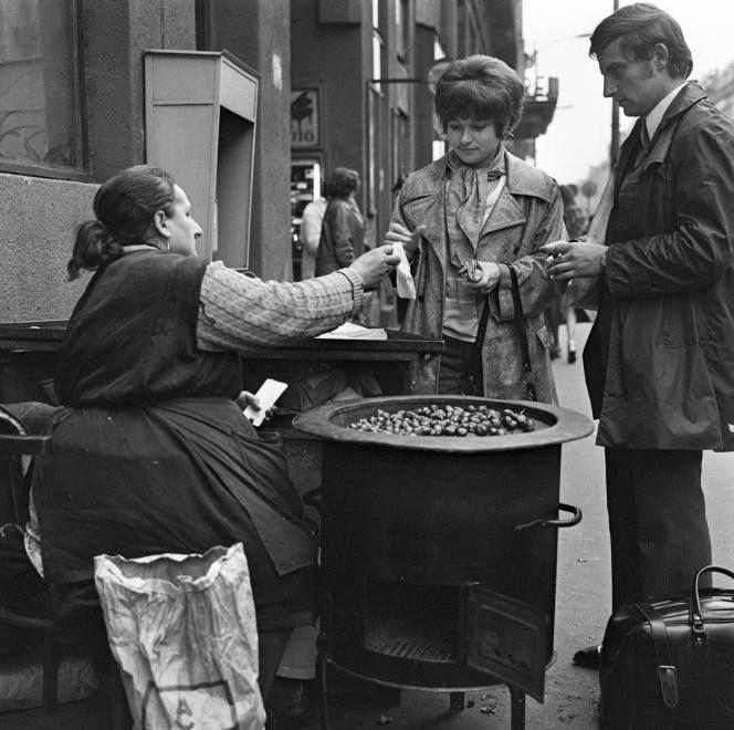 1972. Rákóczi út 45., utcai gesztenyeárus. Háttérben a Palace Hotel bejáratának előtetője látszik.
