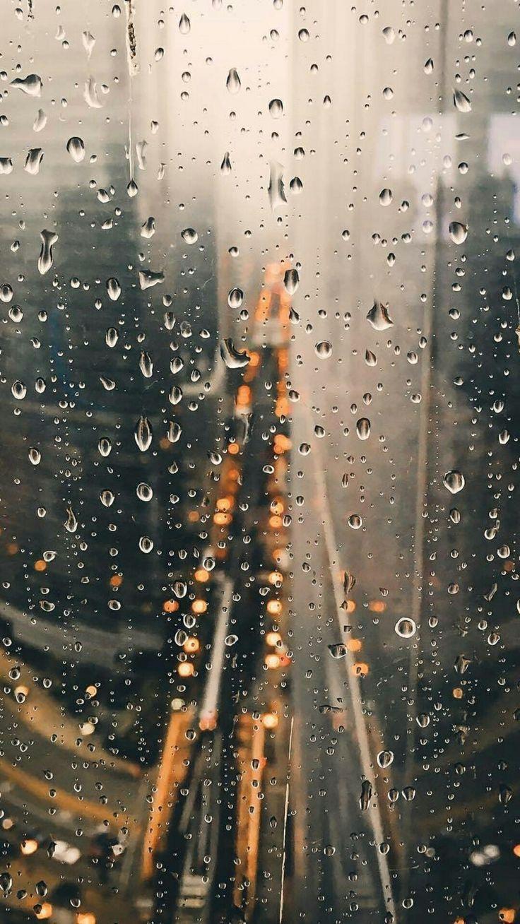 Regentropfen auf Fenster eines Wolkenkratzers