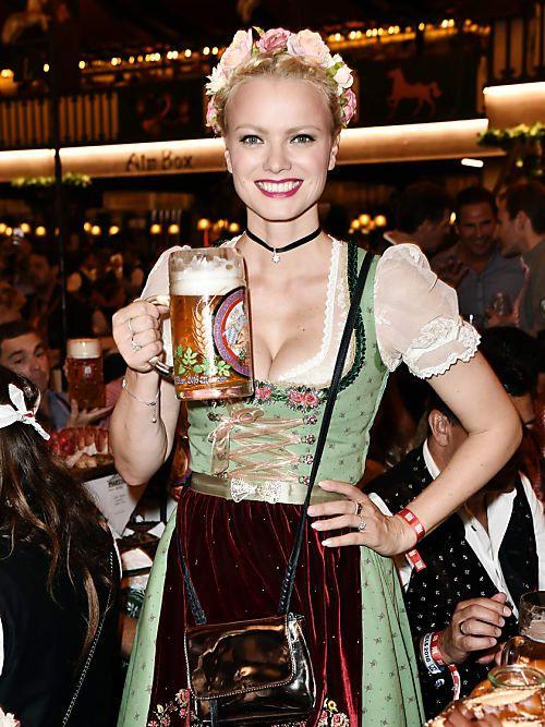 Juhu, endlich ist bald wieder Oktoberfest-Zeit und wir können uns in unser neues, schickes Dirndl schmeißen. Gerade als Münchnerinnen schlagen unsere Herzen besonders hoch und wir können es nicht erwarten, euch unsere Tipps für euer perfektes Dirndl zu zeigen – ob ihr alte Wiesn-Haserls seids oder Neulinge auf dem Volksfest in der Traumstadt München.