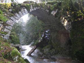 """Le """"pont romain"""" de la """"pie du Dard"""" perdu dans la forêt entre Chatonnay, La Boissière et Dramelay"""