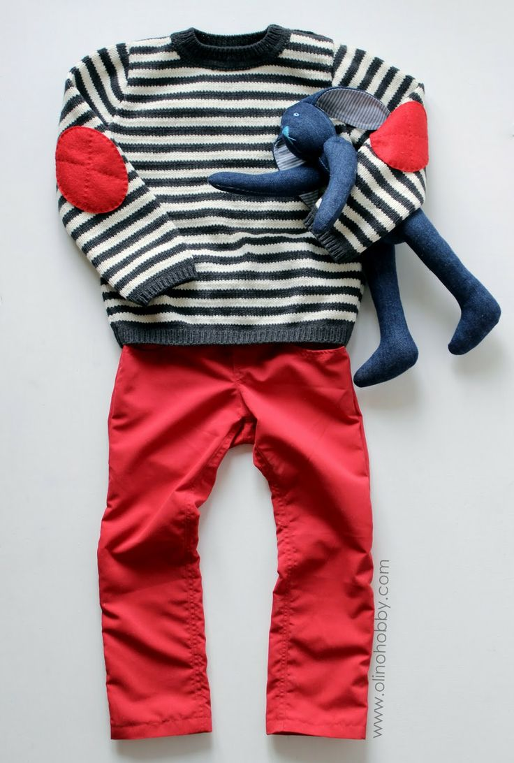 Полосатый свитер с латками на локтях, красные узкие брюки