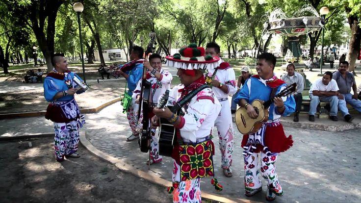Voici une chanson du groupe HUICHOL MUSICAL Cumbia Napapauny, la langue de cette cumbia est le huichol qui est une langue uto-aztèque. Bailele!!
