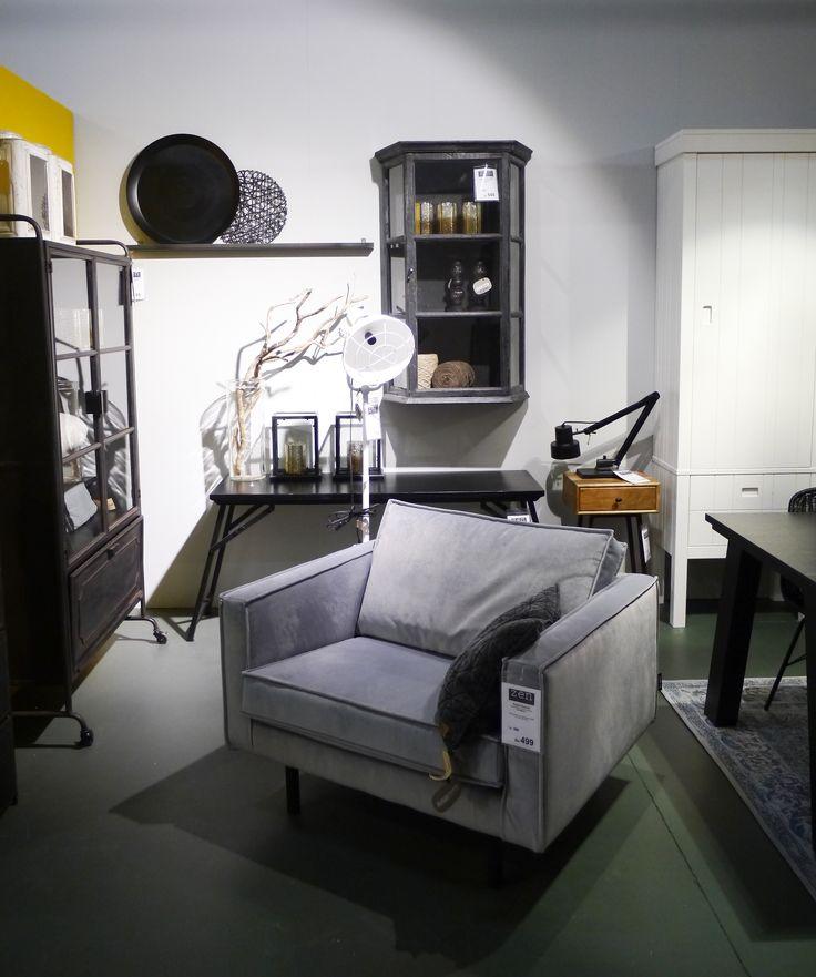 Grijze Rodeo fauteuil met witte lamp en vintage zwarte tafel. Zen Lifestyle is gevestigd in Wijchen bij Nijmegen en heeft showroom van 10.000 m². Natuurlijk vind je in onze winkel onze eigen producten, zoals ons aanbod vintage en retro banken, onze topsellers, zoals het vintage tv-dressoir Stan. Maar ook hebben wij de mooie collectie van Zuiver en Duchtbone en vind je er nog veel meer topmerken, zoals Be Pure, JouwMeubel, UrbanSofa, Fatboy, Makkii, Woood etc.