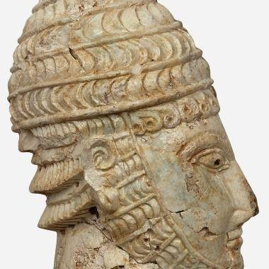 Testa di guerriero che indossa l'elmo di denti di cinghiale, ca 1300 a.C., avorio scolpito a tutto tondo, da Micene, Atene, Museo Archeologico Nazionale