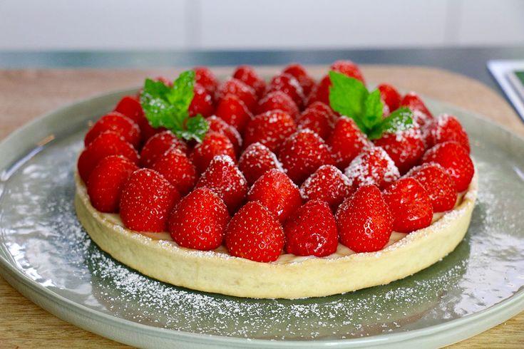 Une recette inratable de tarte aux fraises maison avec une pâte brisée express, une crème pâtissière à la vanille rapide et des belles fraises (vidéo dispo)