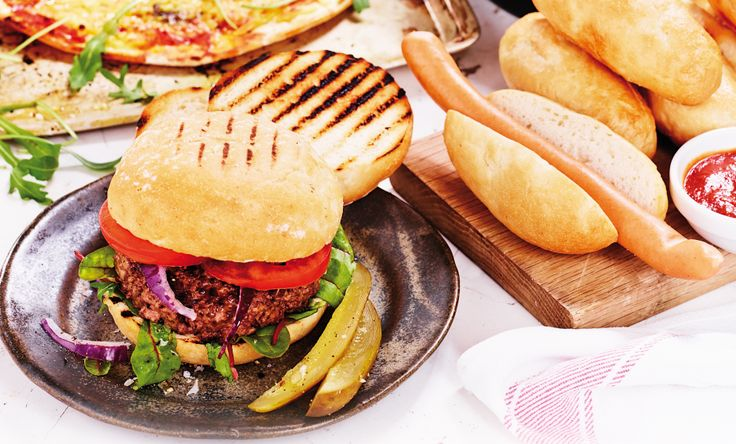 Njut av grillat med våra hamburgerbröd och korvbröd. Ett enkelt och gott recept på glutenfri hamburgare hittar du i foldern 'Glutenfri!' som finns att ladda ned på vår hemsida http://www.fria.se/hem #glutenfri #celiaki