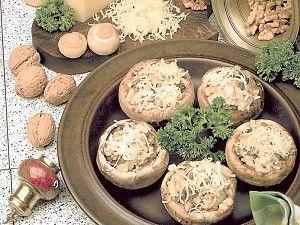 Рецепт приготовления грибов, фаршированных сыром и орехами