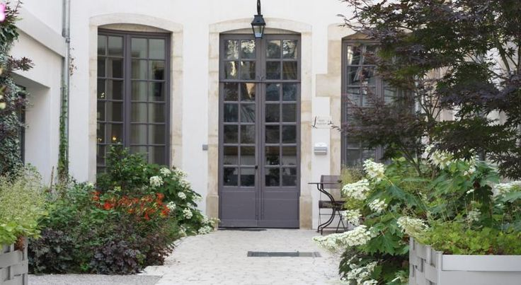 Logis De Guise Nancy This 17-century hotel is set in the centre of Nancy. It is less than a 15-minute walk from Gare de Nancy-Ville Train Station and 280 metres from Palace of the Dukes of Lorraine.