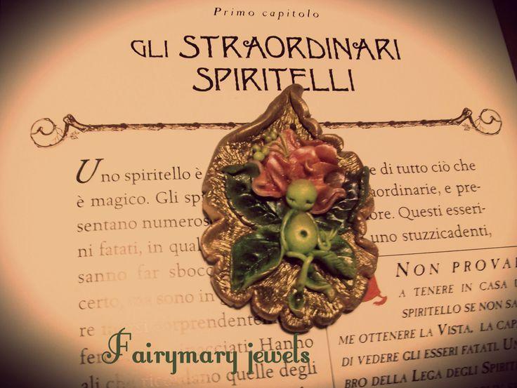 Uno spiritello dei giardini riposa  nascosto in una foglia accartocciata.Realizzato in pasta polimerica,senza ausilio di stampi e decorato con pigmenti. https://www.facebook.com/pages/Fairymary-Jewels/208528805873162?sk=info&tab=page_info http://www.etsy.com/it/shop/FairymaryJewels?ref=si_shop