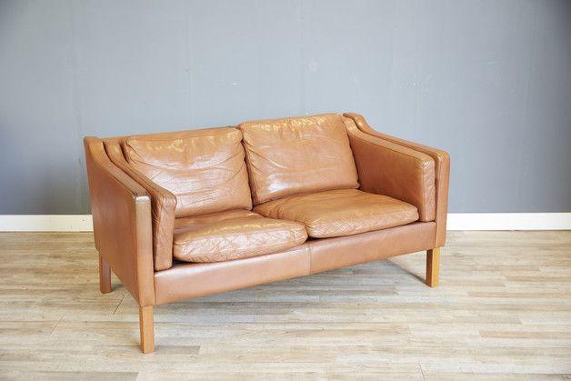 Hallo,  wir verkaufen hier ein stilvolles Sofa vom dänischen Hersteller Stouby. Das Sofa ist dem Model von Børge Morgensen für Frederica aus den 1960er Jahren nachempfunden. Das Zweisitzer Sofa...