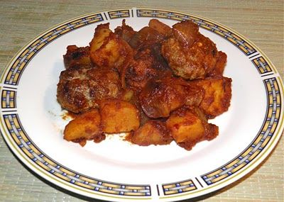 Boerewors Sausage with Patatas Bravas. South African sausage with potatoes and spices. Recipe on my blog.