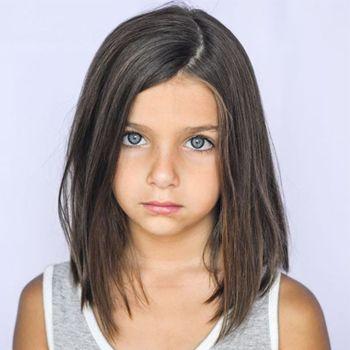 """Cartable flambant neuf, tenue choisie avec soin et petite appréhension : pas de doute, la rentrée 2017 de votre fille approche ! À l'heure de retrouver copines et bancs d'école, il ne lui manque peut-être qu'une nouvelle coupe de cheveux pour démarrer du bon pied l'année scolaire. Avant de filer chez le coiffeur, suivez toutes les deux notre guide """"spécial coiffures pour fillettes"""", il y en a pour tous les goûts."""