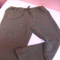 Ce pantalon de coupe et de montage très simple peut se réaliser dans des matières très variées: du coton liberty pour l'été, à la viscose pour une tenue plus habillée, sa forme s'adapte également à toutes les tailles. La ceinture coulissée en fait un vêtement très confortable.