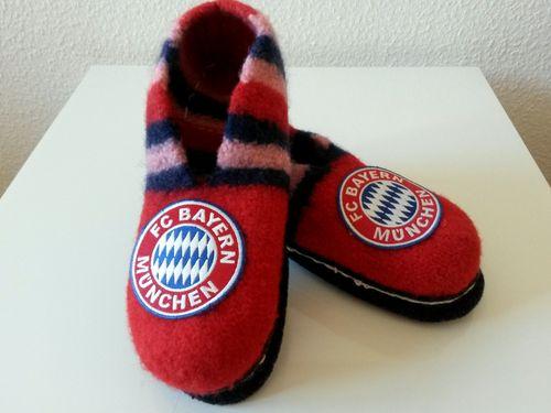 """Filzschuhe """"FC Bayern München"""" » So einfach stellst Du sie selbst her ✓ Kostenfreie Anleitung mit Schritt-für-Schritt-Fotos ✓ Größe 21-48 ✓"""