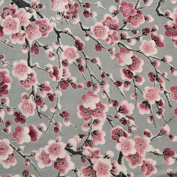 Vánoční bavlněná látka Květy růžovo-vínové na šedé