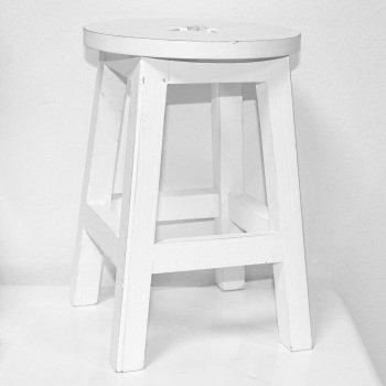 Underbar söt liten vit pall med stjärnor. Passar perfekt i barnkammaren, som pall eller nattduksbord.20x30cm